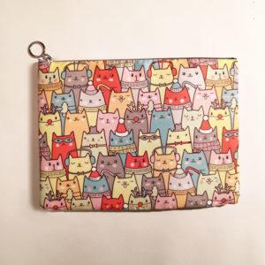 Bustina formato ipad con illustrazione gatti colorati, fronte