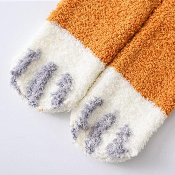 Calze calde e morbide a forma di zampette di gatto, dettaglio 2