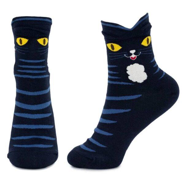 Calze con gatto con occhioni gialli indossate