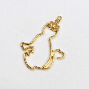 Ciondolo dorato a forma di gatto con in testa una corona