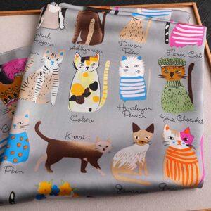 Foulard grigio con disegni colorati di varie razze di gatti