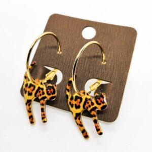 Orecchini ad anello dorati con pendenti gatti leopardati