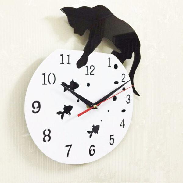 Orologio da parete gatto e boccia con pesciolini, ambientato