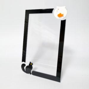 Portafoto in plexiglass trasparente con gatto nero e boccia di vetro con pesciolino rosso fronte