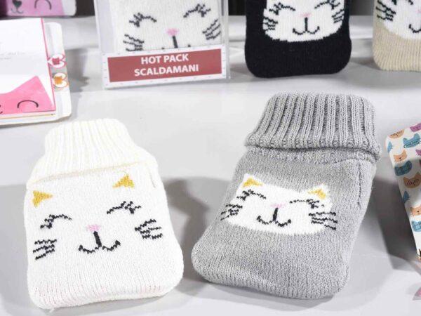 Scaldamani con copertura in maglia decorata con un musetto di gatto, ambientato