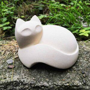 Scultura a forma di gatto acciambellato