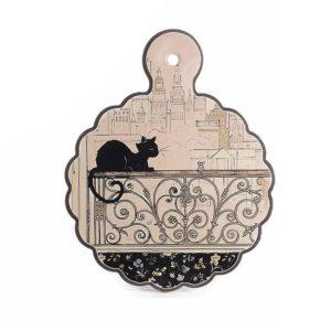 Sottopentola in ceramica con gatto Chat Noir su una ringhiera