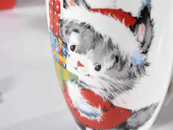 Tazza in ceramica con gattino natalizio, dettaglio