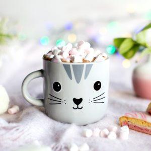 Tazza a forma di gattino grigio in ceramica ambientato